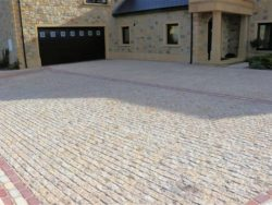TUMBLED BEIGE GRANITE SETTS